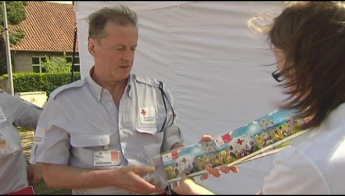 Burgemeesters Beerse en Merksplas kopen eerste Rode Kruis-stickers
