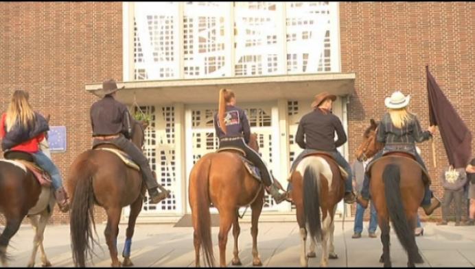 Stonehill Ranch te paard naar gemeentehuis voor behoud manege