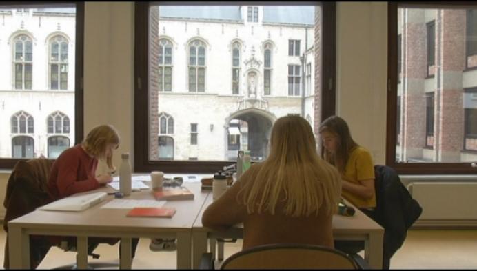 """Studenten: """"Volk op binnenplein stadhuis leidt soms af"""""""