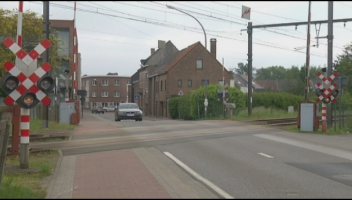 Bestuurder ontsnapt op spooroverweg Hombeek