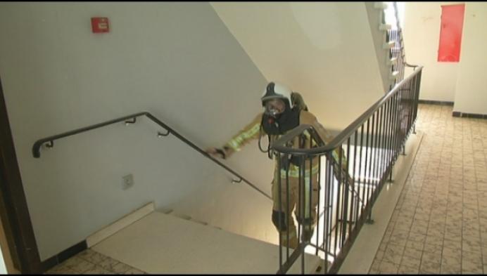 Willebroekse brandweer in uitrusting op trappenloop