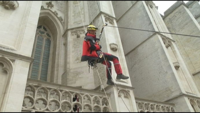 Brandweer oefent klimtechnieken op... Sint-Romboutstoren