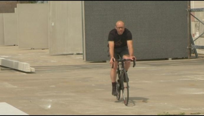 Arendonkenaar fietst langs Belgische grens voor zieke collega