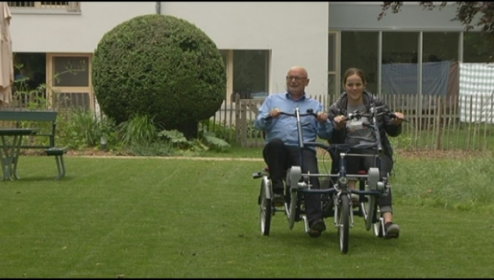 Bewoners Huis Perrekens rijden op duofiets