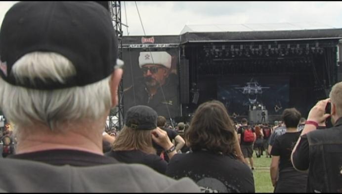 Metalfans nemen de festivalweide van Graspop in