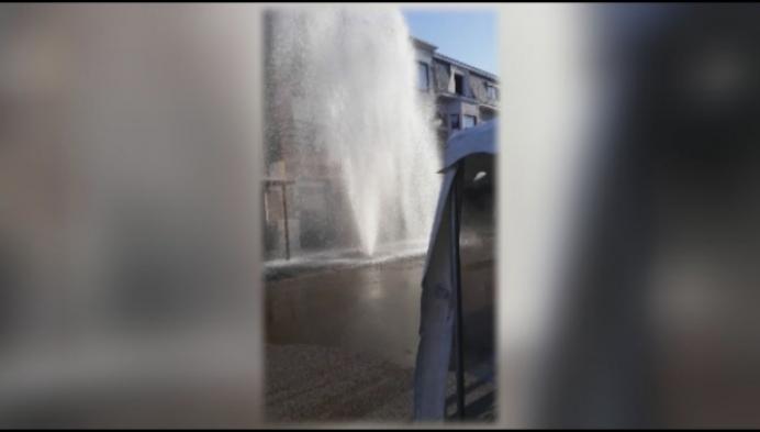 Brandkraan wordt plots gigantische fontein !