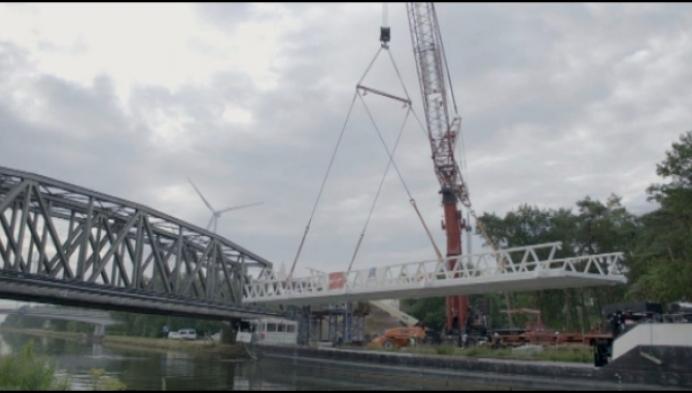 Nieuwe fietsbrug over Kempens kanaal op zijn plaats
