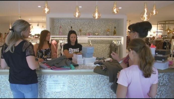 Vrouw en kind plegen diefstal met list bij kledingzaak