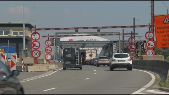 Extra maatregelen tegen te hoge vrachtwagens aan Scheldebrug