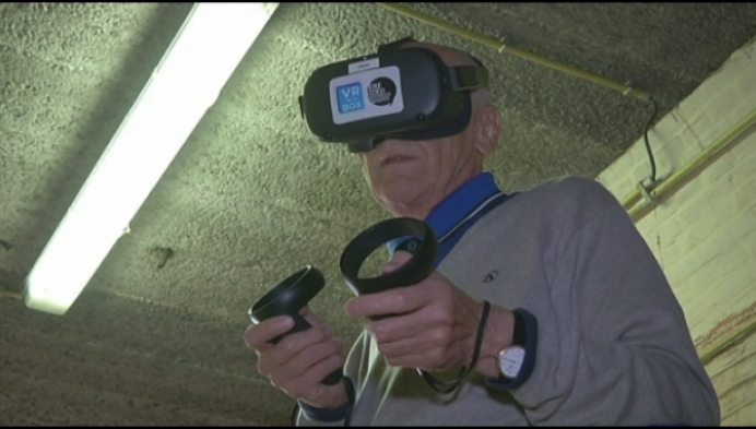 Gevangenismuseum test nieuwe inrichting met VR-bril