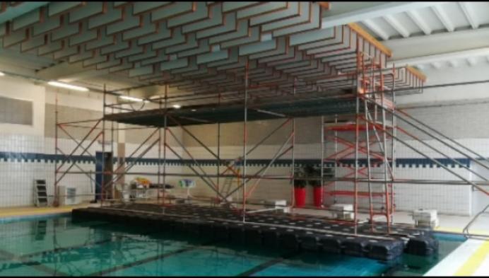 Stelling op het water voor renovatie zwembad Bornem