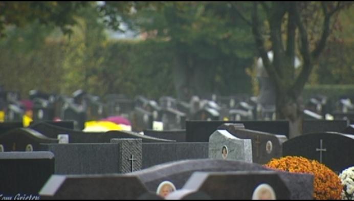 Hoe symbolisch: druilerig weer op kerkhof met Allerheiligen