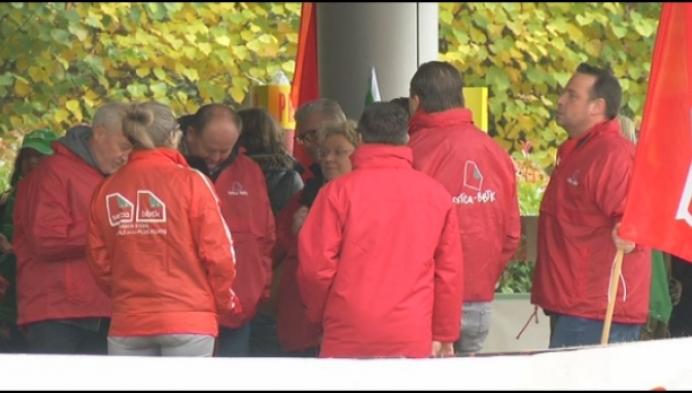 Bedienden Mondelez staken tegen opgezegde CAO's