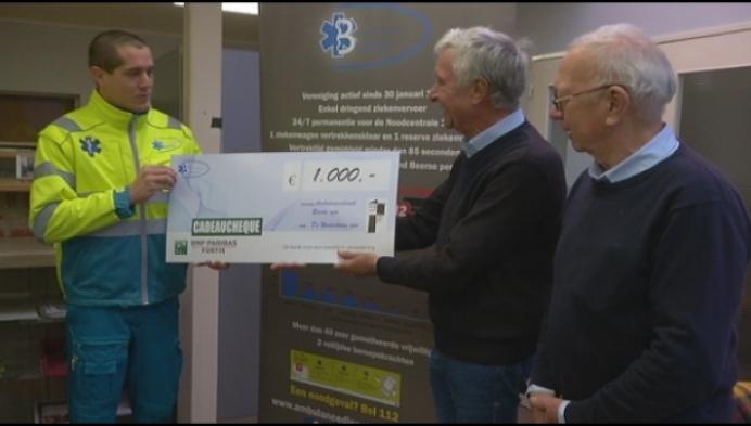 Ambulancedienst schenkt 1000 euro aan armoedeorganisatie