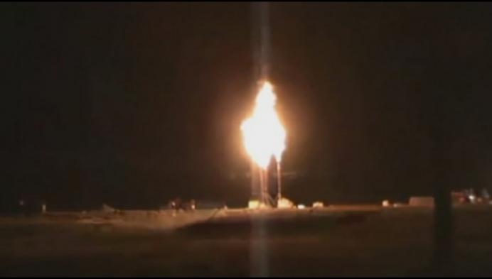 Brandweer laat gasleiding gecontroleerd uitbranden