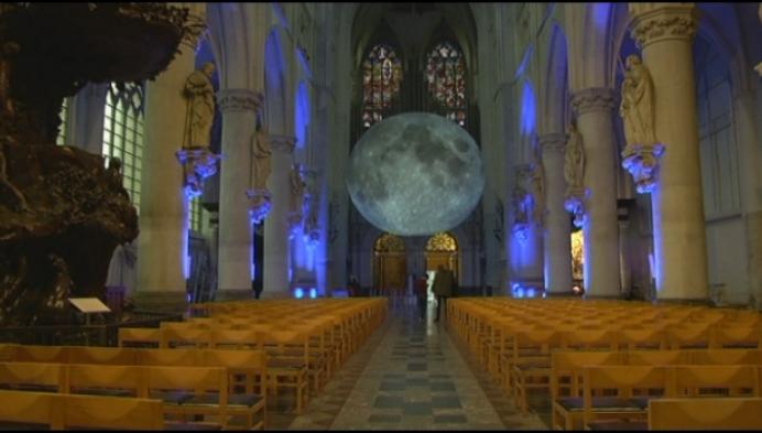 Gigantische maan zweeft in Sint-Romboutskathedraal