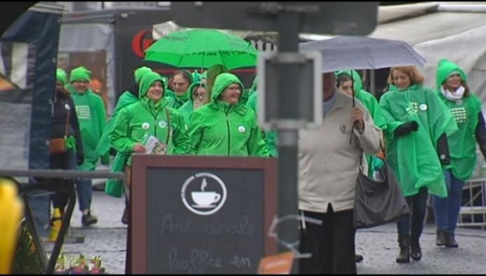 Poetshulpen op straat in Herentals voor meer loon