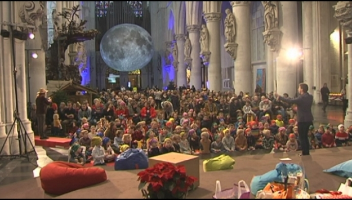 Kinderkerstviering met de maan als bijzonder decor