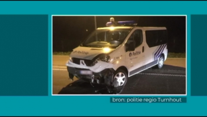 Dronken chauffeur rijdt tegen combi bij alcoholcontrole