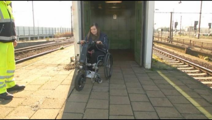 Met de rolstoel op de trein geraken is voor Flore geen pretje
