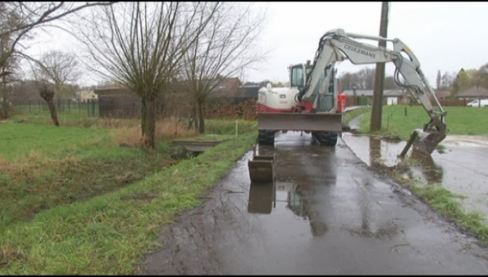Vrachtwagen loost 15 ton beton in Duffelse gracht
