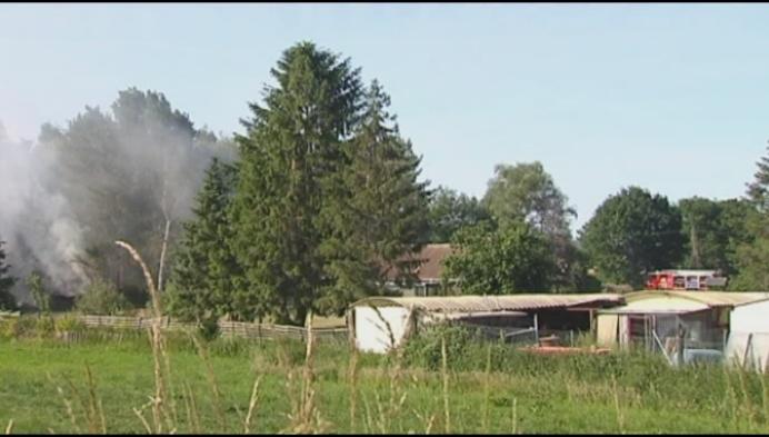 Brand veroorzaakt zwarte rookpluim in Bevel