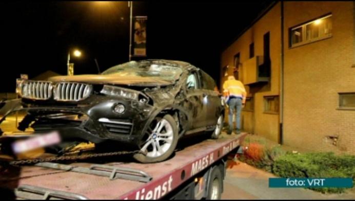Auto gaat over rotonde en ramt gevel