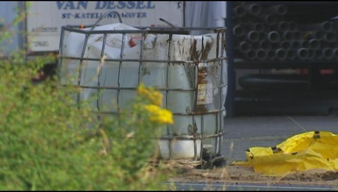 Vrachtwagen verliest lading salpeterzuur