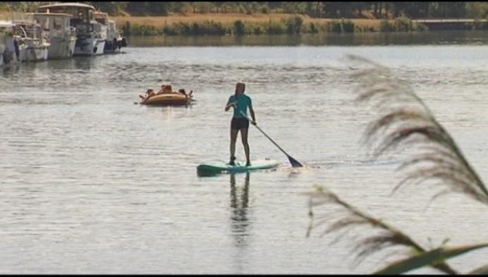 Zwemmers zoeken (verboden) verkoeling in Netekanaal
