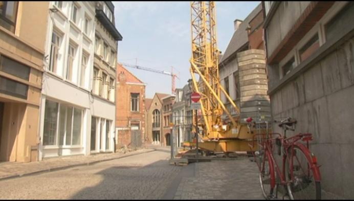 Aannemer kapt boom voor bouwkraan zonder toestemming stad