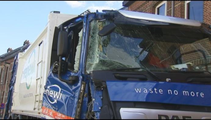Vuilniswagen botst op vrachtwagen en tegen gevel
