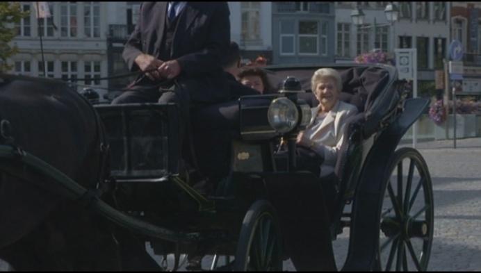 100-jarige Mechelse gaat met paard en koets koffietje drinken