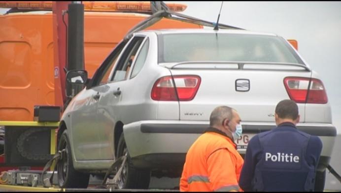Brandweer haalt gestolen auto uit kanaal