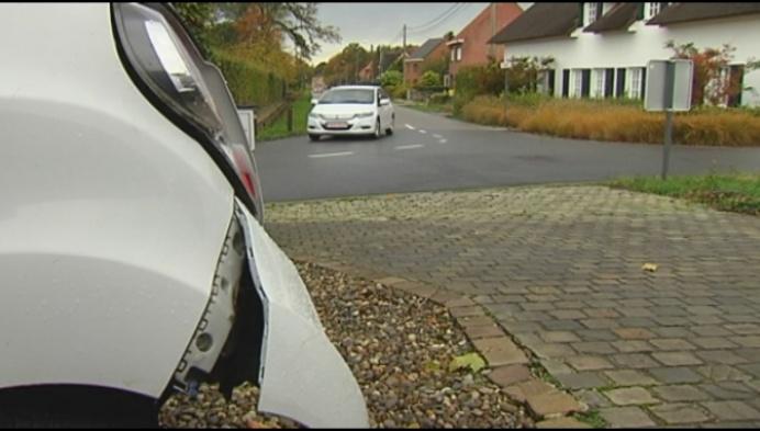 Automobilist richt ravage aan op oprit Olens gezin