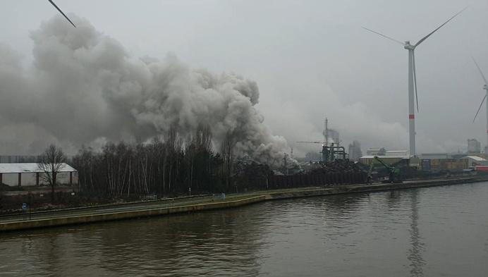 Grote rookpluim bij brand in Geels bedrijf
