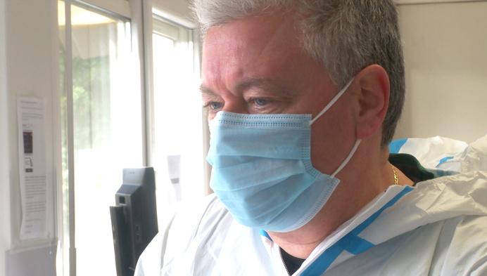 1 jaar corona: Johan werkt als vrijwilliger in triagecentrum van Geel