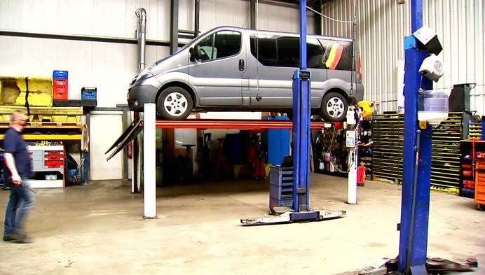 Autogarage in Weelde repareert wagens van minderbedeelden
