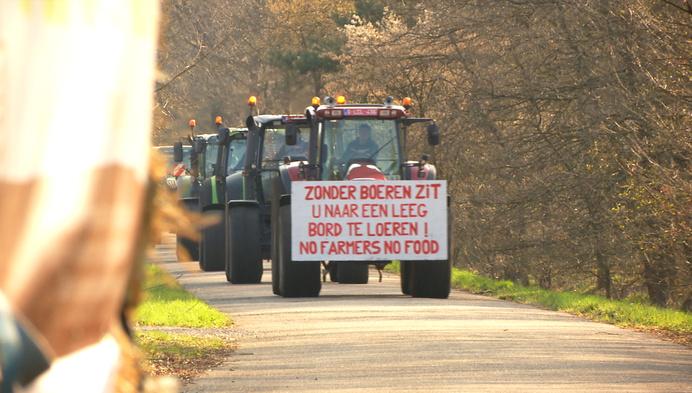 Colonne traktoren vraagt aandacht voor jonge landbouwers