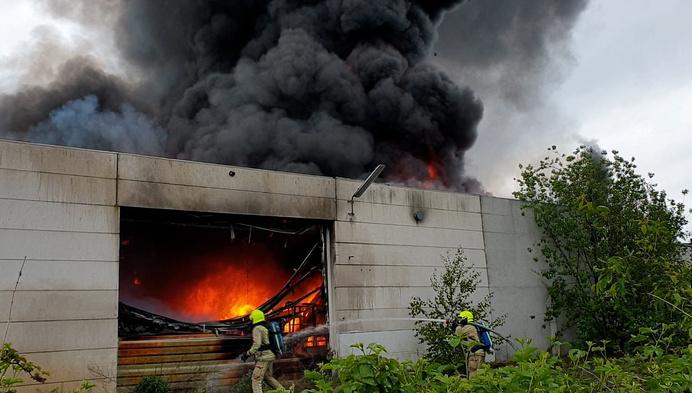 Gigantische rookpluim en vlammen bij Herentalse brand