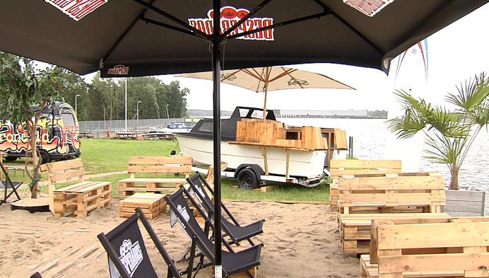 Nieuwe Beach bar Clothilde Plaasj aan het zeekanaal in Ruisbroek