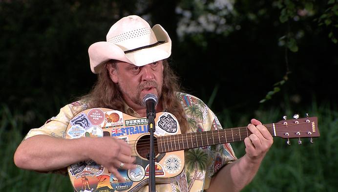 Verklapt: Johnny Trash vult kasteeldomein met eigen liedjes vol onzin