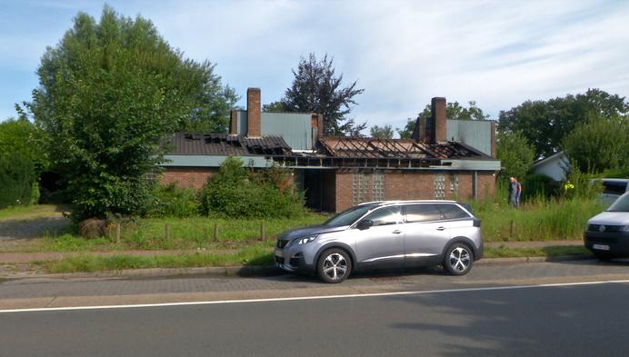 Onbewoond huis brandt uit in Geel: onderzoek naar brandstichting