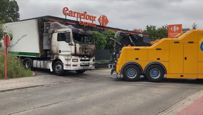 Vrachtwagen brandt uit aan Carrefour in Berlaar