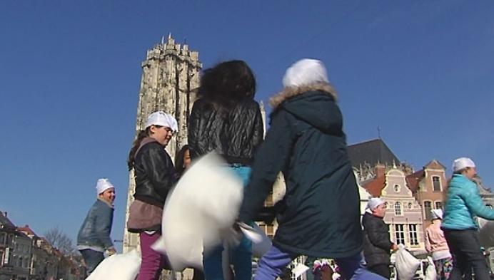 Mechelen wakker geschud met kussengevecht